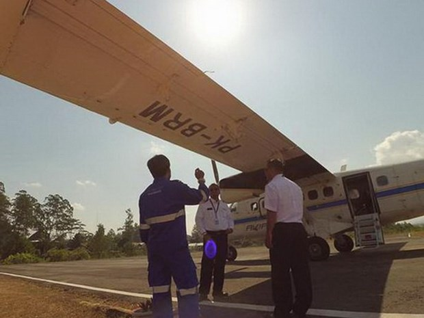 Passenger airplane goes missing in Indonesia hinh anh 1