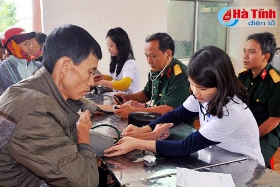 Ha Tinh: Needy people receive free health checks hinh anh 1