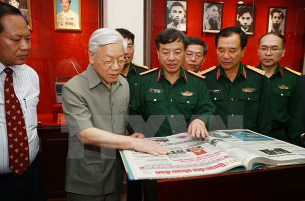 Party leader guides army newspaper hinh anh 1