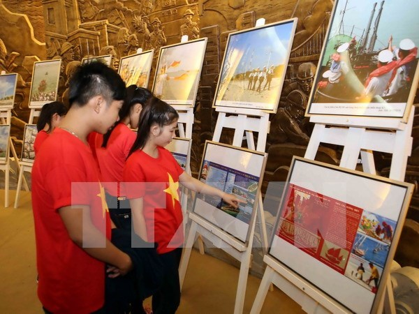 VNA's archive photos of sea and islands on display hinh anh 1