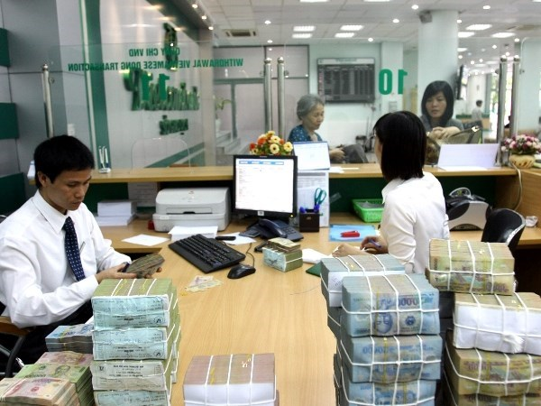 Some banks raise rates on Vietnamese dong deposits hinh anh 1