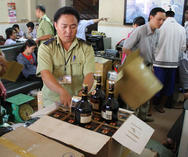 Smuggled counterfeit goods on the rise ahead of Tet hinh anh 1