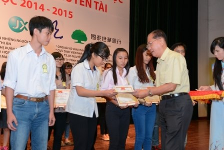 HCM City grants scholarships to poor students hinh anh 1