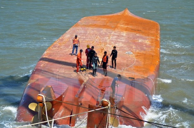 Two sailors of sunken ship on southern river still missing hinh anh 1