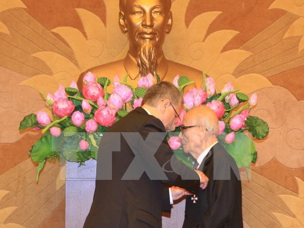 Prof. Vu Khieu receives Hungary's Knight Cross Order hinh anh 1
