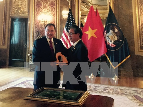 Ambassador visits US State of Utah to seek cooperation hinh anh 1