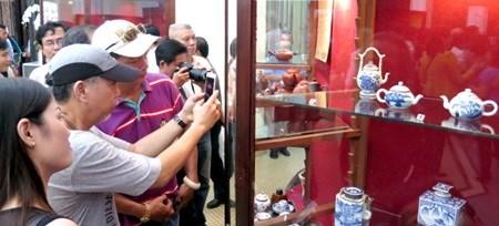 HCM City exhibits antique tea sets hinh anh 1