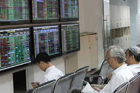 Vietnamese shares down after France tragedy hinh anh 1