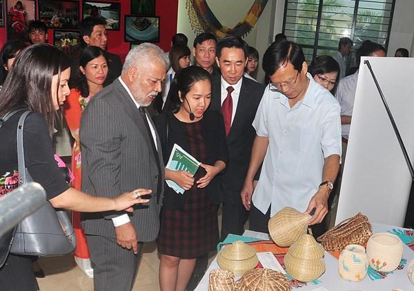 Venezuelan handicrafts showcased in northern province hinh anh 1