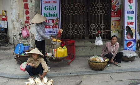 Street vendors struggle amidst global integration hinh anh 1
