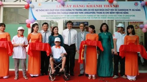 Singaporean donates MRI scanner to help AO victims hinh anh 1