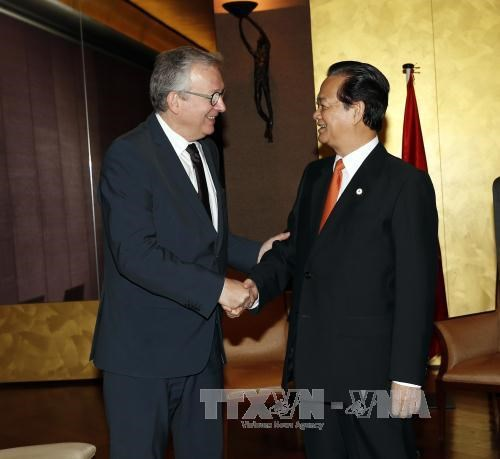 PM meets French Communist Party, companies' representatives hinh anh 1