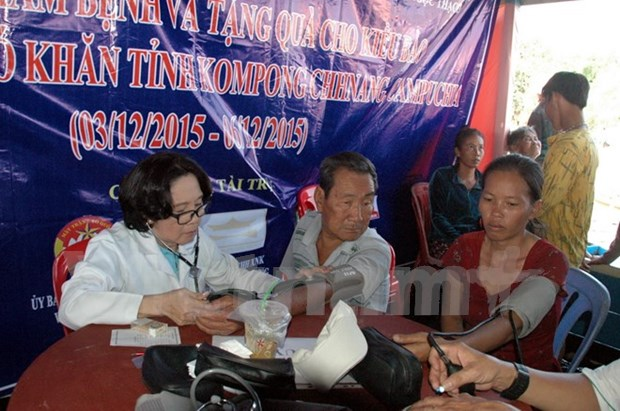 Vietnamese in Cambodia get gifts, free health check-ups hinh anh 1