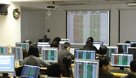 As oil prices fall, Vietnamese shares slide hinh anh 1