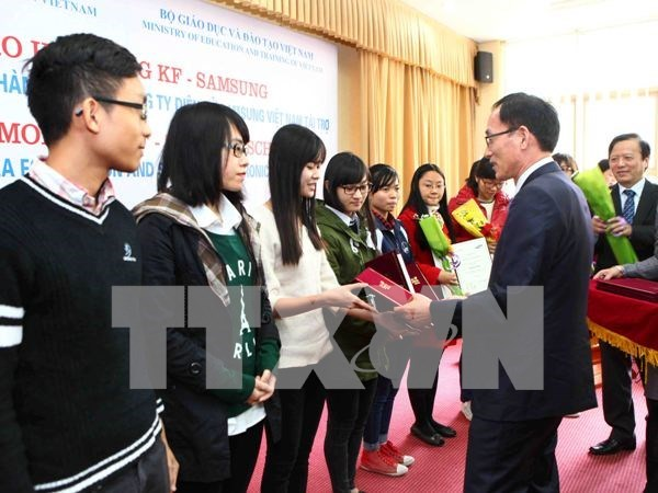 Needy students receive KF-Samsung scholarships hinh anh 1