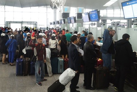 Airlines pay 10 billion VND in compensation for delays hinh anh 1
