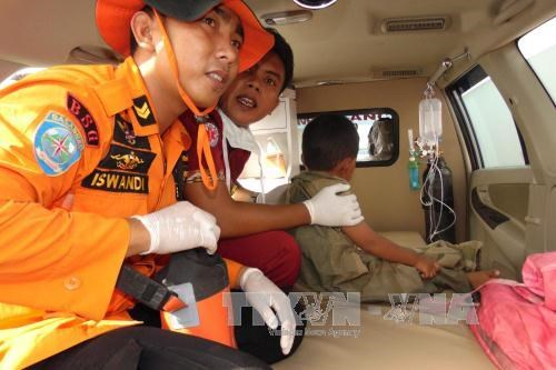 Indonesia: passenger boat capsizes in storm, military plane crashes hinh anh 1