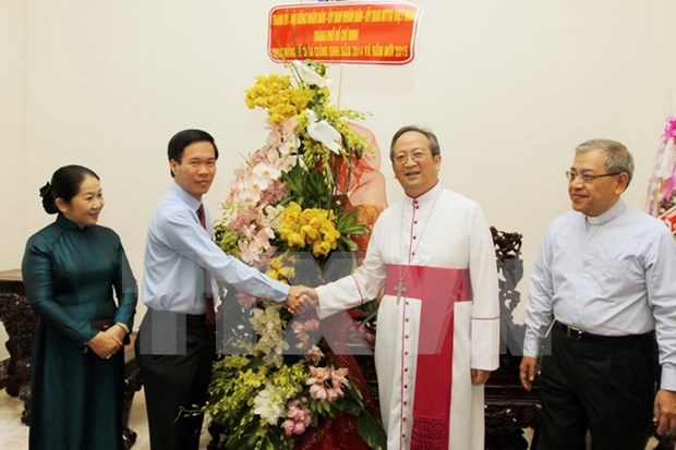 Officials share in Christmas joy hinh anh 1