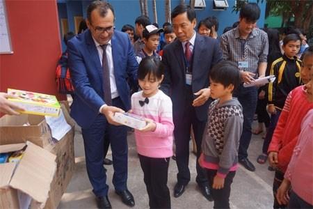 Hanoi orphans receive New Year gifts from Azerbaijani Embassy hinh anh 1