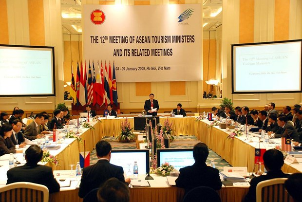 AEC brings opportunities, challenges to Vietnam's tourism workforce hinh anh 2