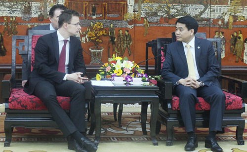Hanoi leader welcomes Hungarian, Singaporean, UK officials hinh anh 1