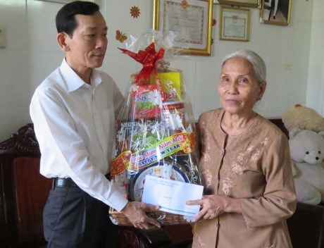 Tet gifts, charitable grants for needy people hinh anh 1