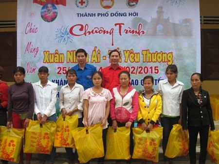 Campaign launched to give Tet gifts to the poor, AO victims hinh anh 1