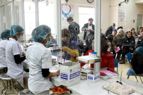 Hanoi seals health cooperation with French center hinh anh 1