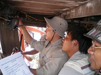 Thanh Hoa fishermen presented with communication devices hinh anh 1