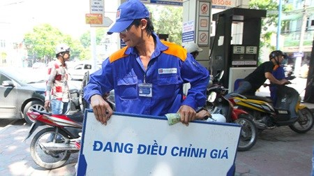 Petrol prices down 590 VND per litre hinh anh 1