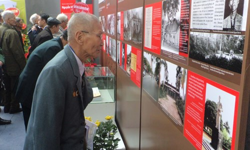 Exhibition tells stories about former Party leaders hinh anh 1