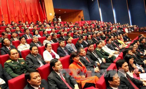 Delegates applaud draft documents at 12th National Party Congress hinh anh 1