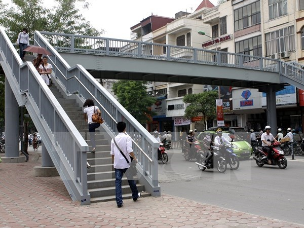 Hanoi to fine pedestrians violating traffic laws hinh anh 1