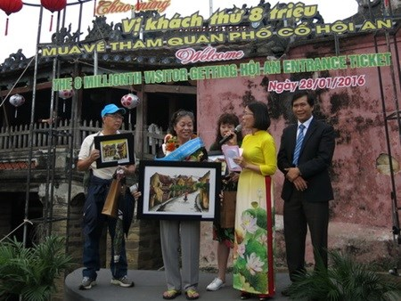 Ancient town welcomes eight-millionth visitor hinh anh 1