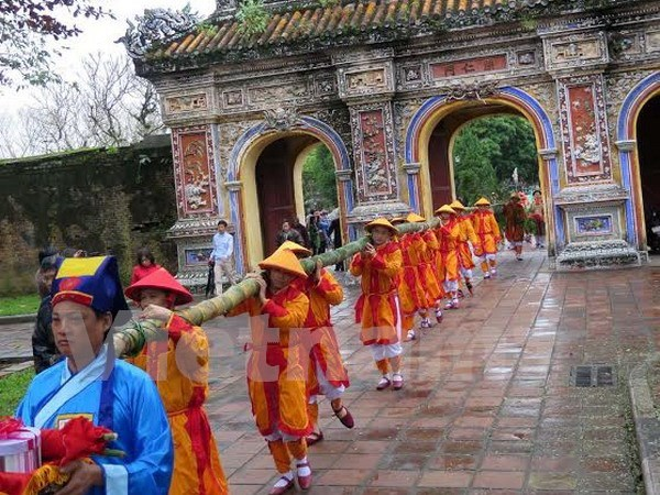 Hue re-enacts Neu pole erecting ceremony at Imperial Citadel hinh anh 2