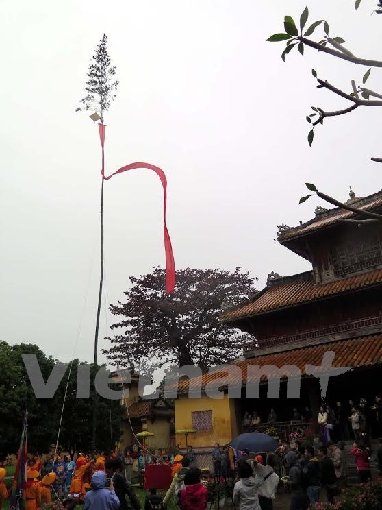 Hue re-enacts Neu pole erecting ceremony at Imperial Citadel hinh anh 3
