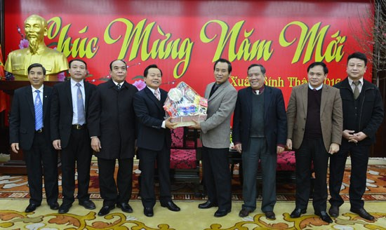 Tet greetings offered to authorities, people nationwide hinh anh 1