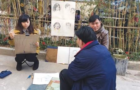 Street art fair entertains Hanoians at cultural hub hinh anh 1