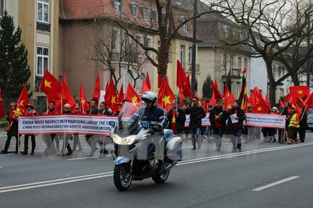 Overseas Vietnamese in Germany protest China's acts in East Sea hinh anh 1