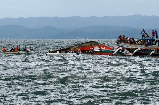 Over 70 passengers rescued from sinking ferry in Indonesia hinh anh 1