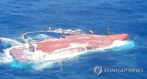 RoK rescuers comb offshore waters for missing Vietnamese sailors hinh anh 1