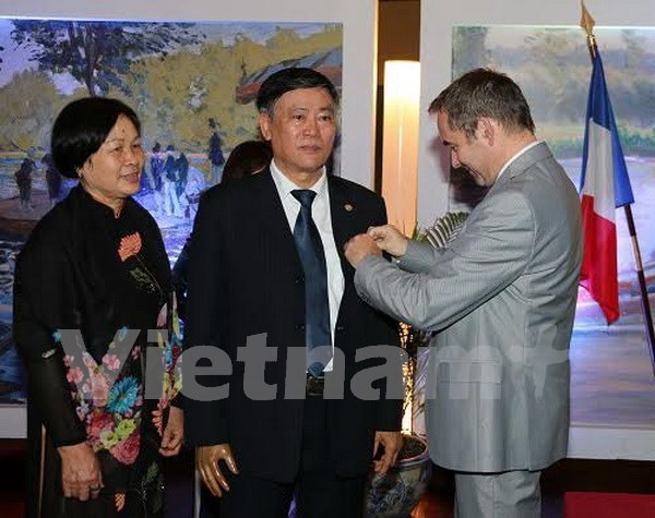 Former national library director honoured with French order hinh anh 1