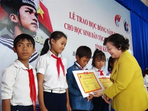 Scholarships presented to ethnic students in Khanh Hoa province hinh anh 1