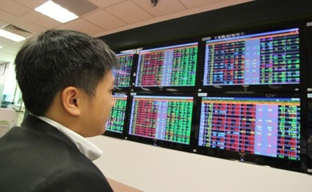 Vietnam's stocks down on lower oil prices hinh anh 1