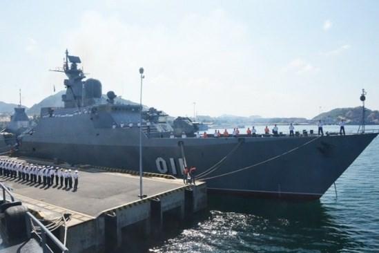 Singapore navy vessel visits Vietnam hinh anh 1