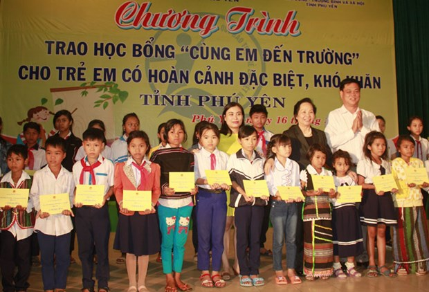 200 scholarships granted to unfortunate students in central region hinh anh 1