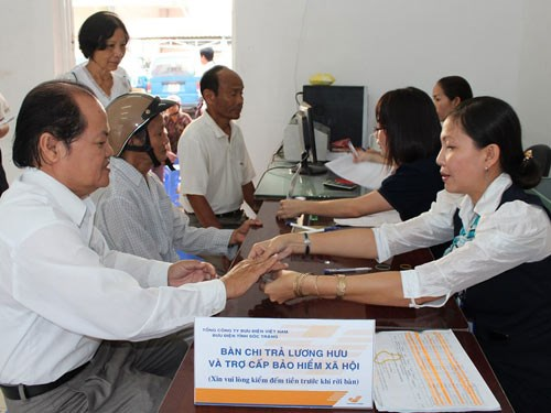 HCM City: More districts launch pension payment service via post hinh anh 1