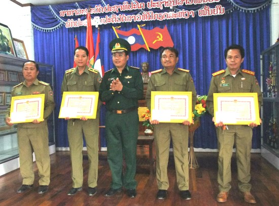 Quang Binh: Certificates presented to Lao security officers hinh anh 1