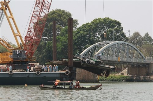 Transport costs soar after bridge collapse hinh anh 1