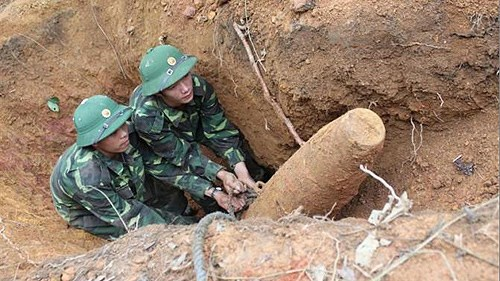 Wartime bomb safely detonated in Bac Lieu hinh anh 1